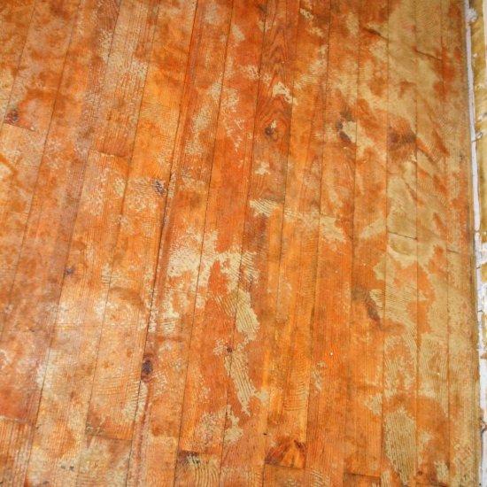 Kleberreste auf Holzfußboden