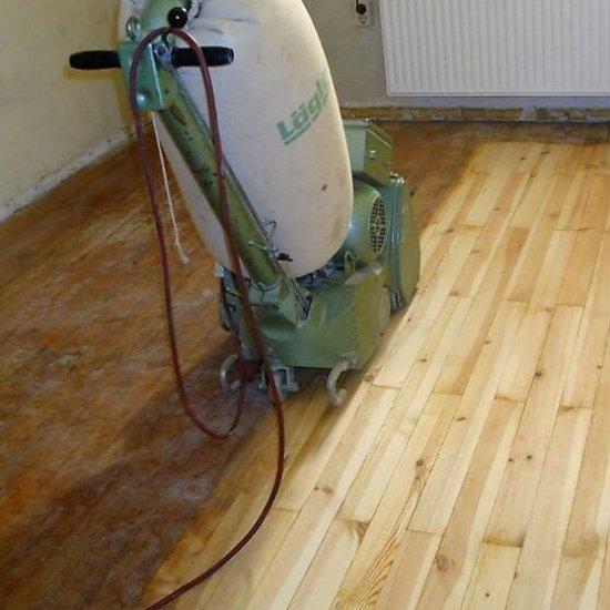 Holzfußboden schleifen